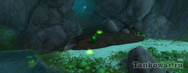 В этом квесте цепочки на легендарное кольцо нам нужно следовать за зелёными лужами.